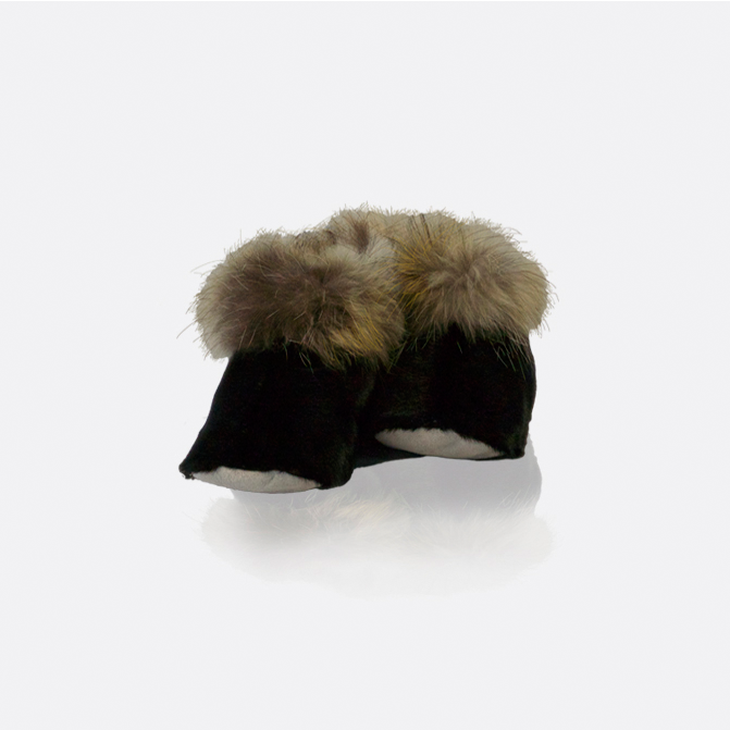 Hjemmesko i sælskind fås i sort og natur. Med kant af polarræv.