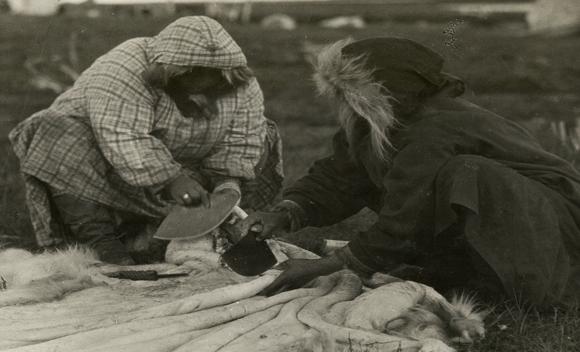 Inuitkvinder skraber skind rent i gamle dage.