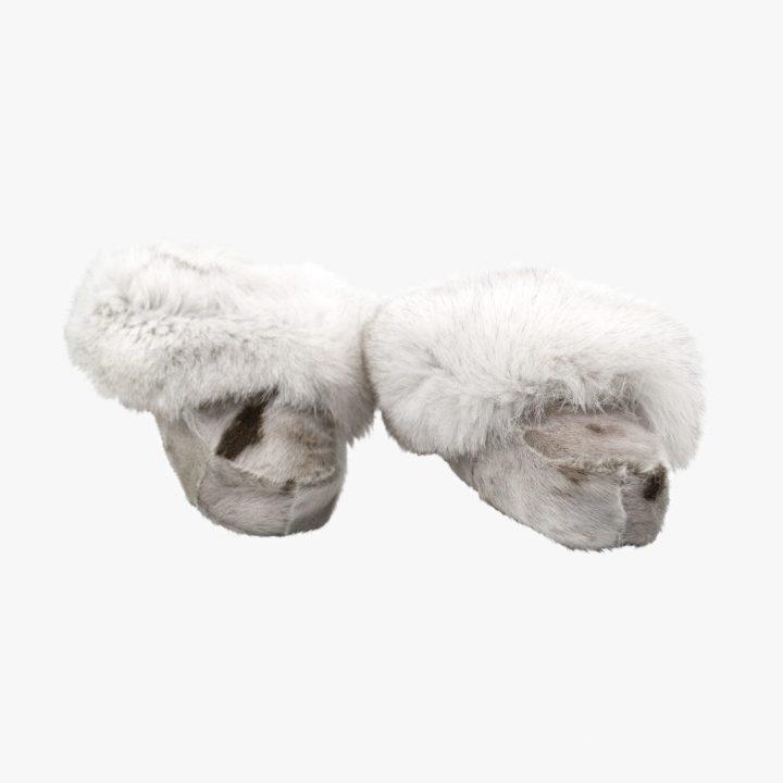 Hjemmesko med tykt lammefor og blød ruskindsål. Syet i blank i sælskind og polarræv.