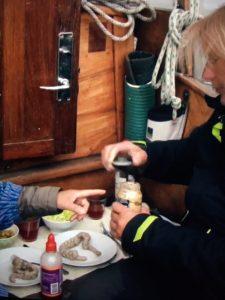 Peitersen får kogte sæltarme til aftensmad.