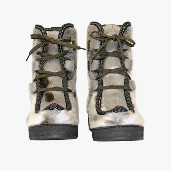 Støvler i grønlandsk sælskind med grønne snørrebånd