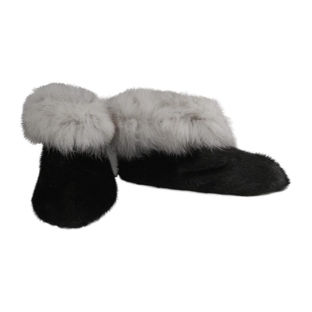 Hjemmesko i sort sælskind og hvid polarræv
