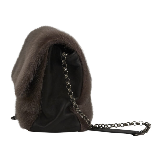 Taske i sælskind, skulderremmen kan tages af.